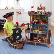 Jūros piratų prieplauka su dideliu laivu